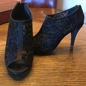 Black high heel shoes with velvet illusion